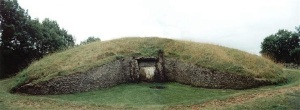 http://www.stone-circles.org.uk/stone/ belasknap.htm  A superb and stunning example of a 'Severn-Cotswold' chambered long barrow, the partially restored Belas Knap is reached after a long 800 metre climb.