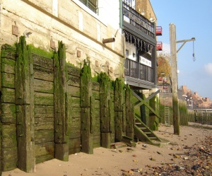 Wapping - Wikipedia, the free encyclopedia en.wikipedia.org Though Execution Dock is long gone, this gibbet is still maintained on the Thames foreshore by the Prospect of Whitby public house.